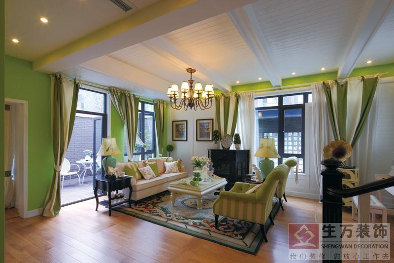 客厅装修,绿色的墙身,竖纹理的布纹沙发,简洁的篱笆的天花顶,显得格外田园豪放。
