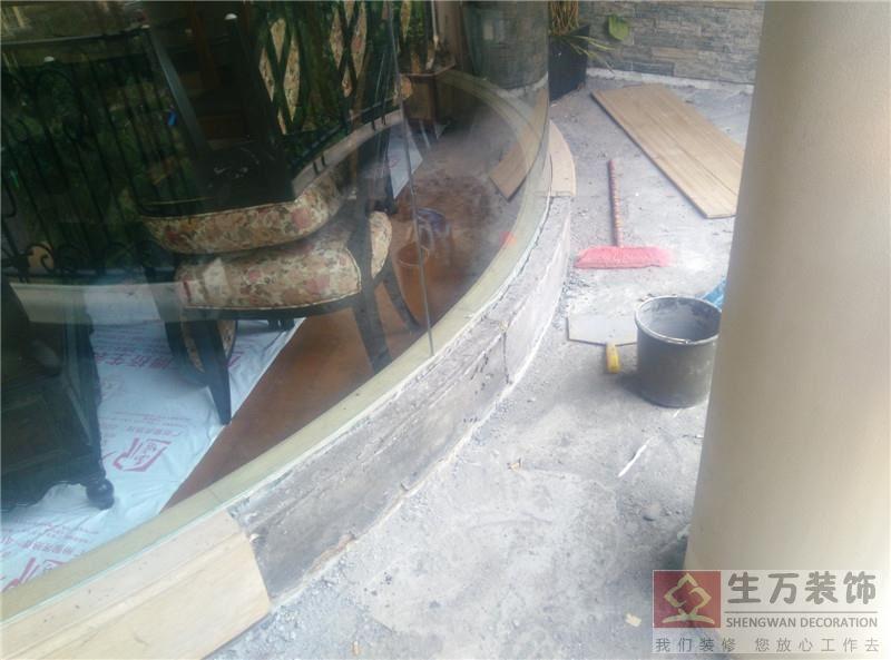 生活阳台地砖重新铺贴,窗台边铺贴大理石重新修补工作。