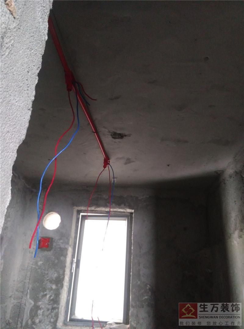 精装修房电工培训20天毕业后,精装修套房装修电工全部按照最标准的电工标准来进行操作。卫生间天花顶不能裸线,全部要套好保护管道穿线,以免水气进行到电线管道内,发生漏雨问题。